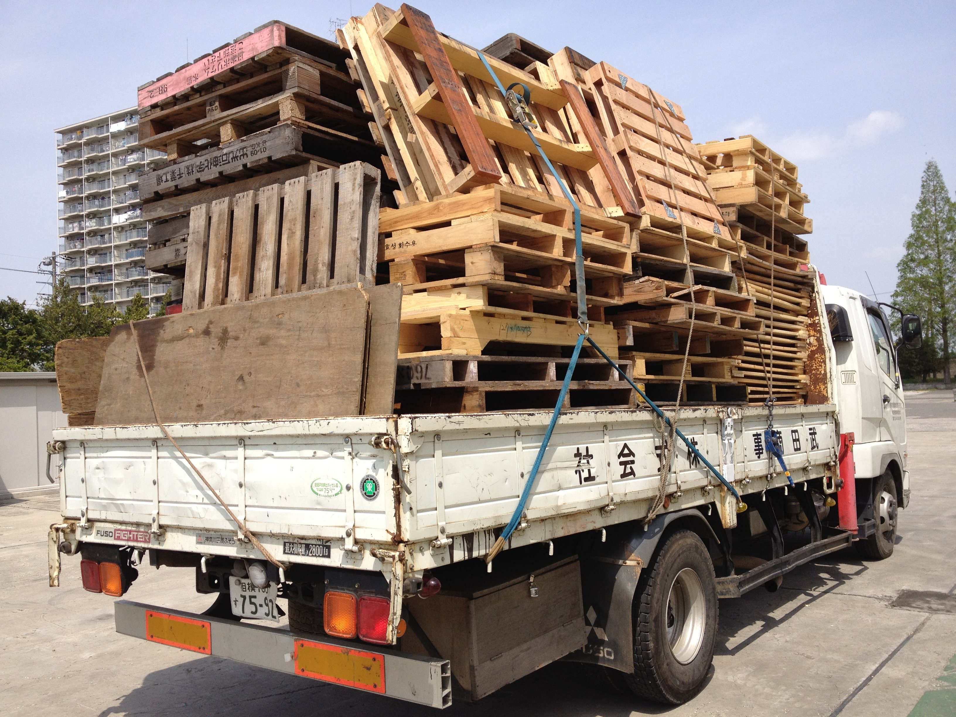 産業廃棄物や産廃の木パレットを破砕処理しチップとしてリサイクル・再利用します。木くずの処分はお任せください1