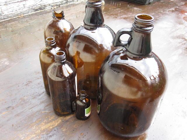 ガラスくずであるビンや瓶あと板ガラス、フロントガラスから研究で使用済みの試薬ビンと試薬瓶の処分は専門の処理場で1