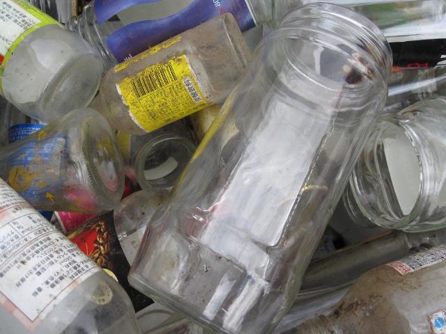 ガラスくずであるビンや瓶あと板ガラス、フロントガラスから研究で使用済みの試薬ビンと試薬瓶の処分は専門の処理場で2