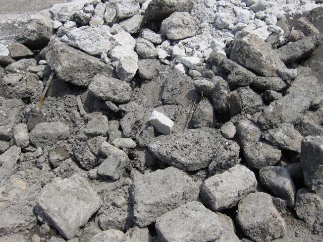 がれき類はアスコン、アスファルトがら、コンクリートがら、レンガ、石綿含有がれき等があります。「工作物の新築、改築または除去により生じたコンクリート破片、アスファルト破片その他これらに類する不要物」が「がれき類」2